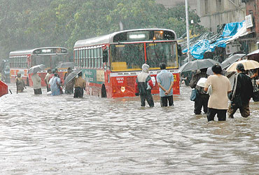 mumbai_rains_floods_20060717