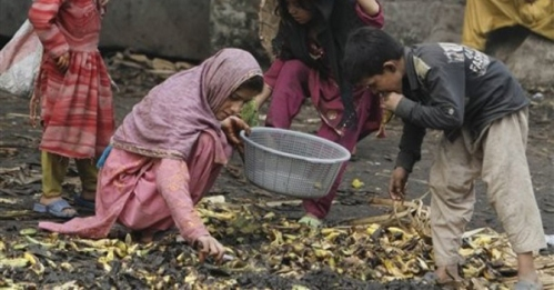 pakistani-poor-children-looking-for-food-thrown-by-traders670.jpg